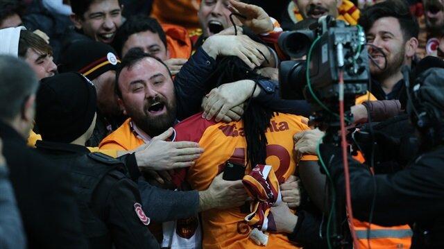 Galatasaray, Gomis'in 2 gol attığı maçta Antalyaspor'u 3-0 mağlup etti ve lider oldu.