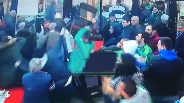 Akhisarspor ve Bursaspor taraftarı kahvehanede birbirine girdi!