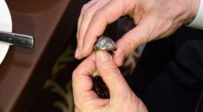 Bahçeli'nin yüzüğü böyle görüntülendi.