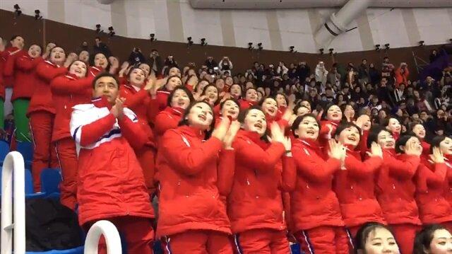Takımlarına tezahürat yapan Kuzey Koreli kızlar