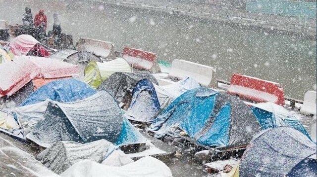 Fransa'da Suriyeli, Afgan ve Pakistanlı göçmenler yoğun kar yağışı altında sokaklarda kalıyor.