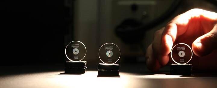 Tesla Roadster'ın içine yerleştirilen mini diskler.