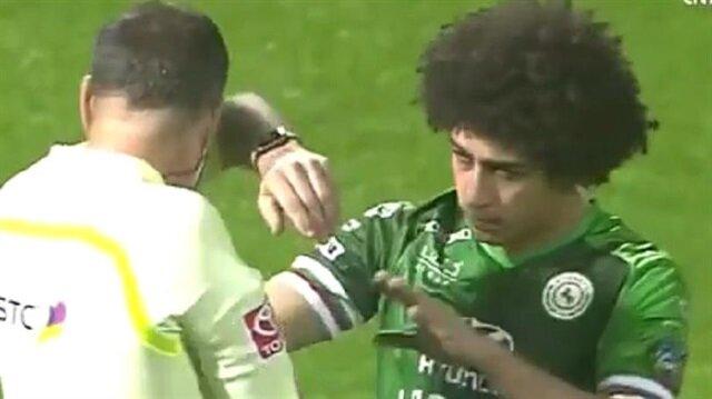 لاعب مصري بالسعودية يرمي زجاجة بوجه الحكم!