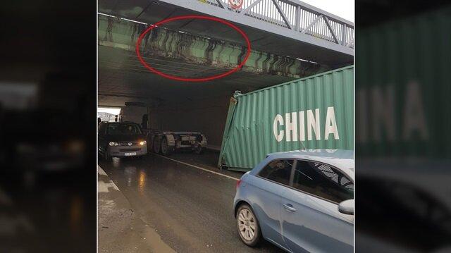 İstanbul Zeytinburnu'nda E-5 karayolunu bağlayan alt geçite TIR dorsesi takılarak yola düştü.