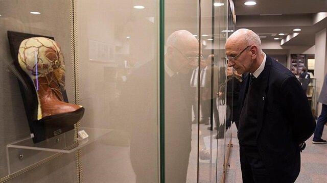 Ziyaretçiler müzeye yoğun ilgi gösteriyor.