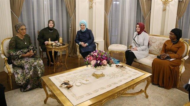 Cumhurbaşkanı Erdoğan'ın eşi Emine Erdoğan resmi ziyaret için Türkiye'de bulunan Gambiya Cumhurbaşkanı Adam Barraw'un eşi Fatoumatta Bah Barrow ile bir araya geldi. Görüşmede, Aile ve Sosyal Politikalar Bakanı Kaya da yer aldı.