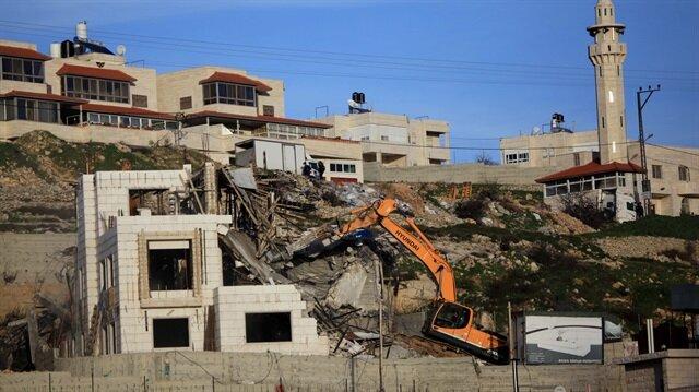 İşgalci İsrail, bir Filistinli'ye ait evi ruhsatsız gerekçesiyle yıktı.