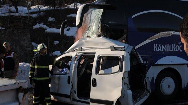 Yolcu otobüsü hafif ticari araçla çarpıştı: 4 ölü, 7 yaralı