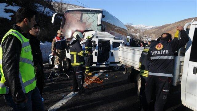Olay yerine çok sayıda ambulans ve kurtarma ekibi sevk edildi.