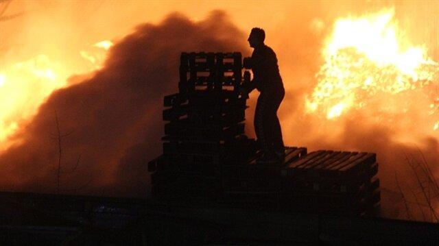 Palet fabrikasının depolama alanında yangın çıktı.