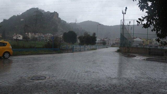 Bodrum'da sağanak yağış yaşamı olumsuz etkiledi.