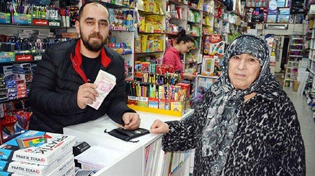 Murat Aslan, 75 yaşındaki Nazife Gün'e parasını teslim etti.  