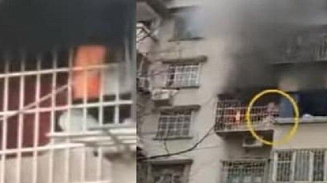 بالفيديو.. فتاة تتسلق بناية هربًا من حريق التهم شقتها