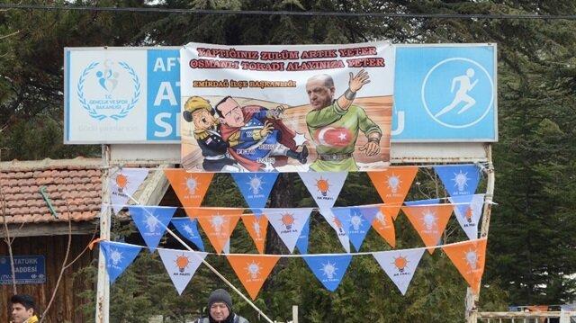 Cumhurbaşkanı Erdoğan'ın ziyareti öncesinde asılan pankart dikkat çekti.