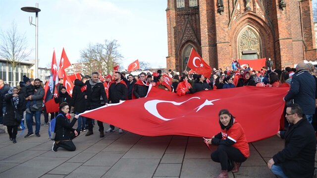 مئات الأتراك ينظمون وقفة بألمانيا دعما لـ