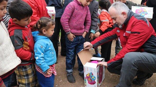 مساعدات إنسانية.. رئيس الهلال الأحمر يزور بنفسه المدنيين بعفرين