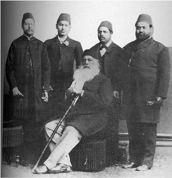 Sir Seyyid'in Aligarh Koleji'nde yetişenler, Güney Asya Müslümanlarının bağımsızlık hareketinin bayraktarlığını yapmışlardır.