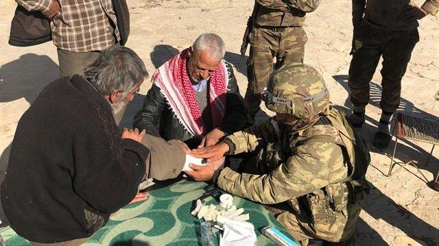 جنود أتراك يقدّمون مساعدات لمدنيين في إحدى قرى
