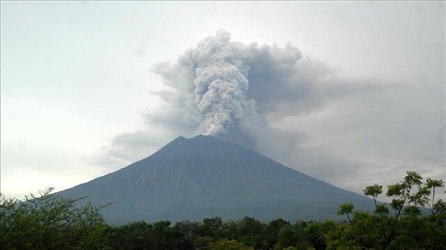 بركان سينابونغ في أندونيسيا ينشط من جديد