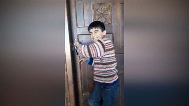 Bu çocuğu mutlaka izleyin: Rehber dediğin böyle olmalı!