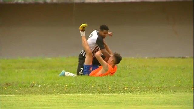 Top toplayıcı çocuğu döven futbolcu