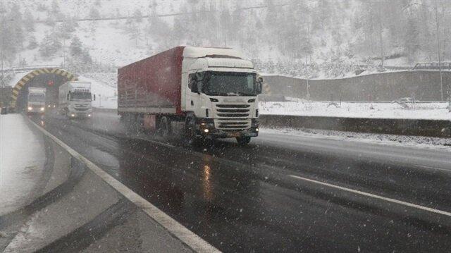 Kar yağışı nedeniyle sürücüler zaman zaman zor anlar yaşadı.