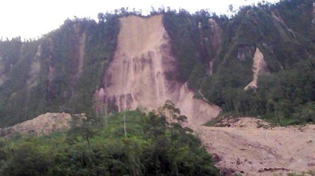 Papua Yeni Gine'deki deprem dağları yerinden oynattı
