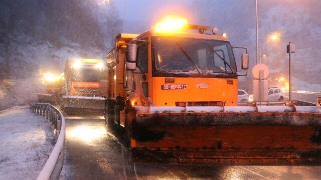 Karayolları ekipleri, güzergahlarda karla mücadele çalışmasını sürdürüyor.