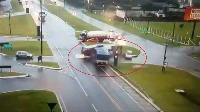 Otobüsü ortadan ikiye bölen feci kaza kamerada