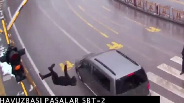 Otomobilin çarptığı genç havaya uçtu