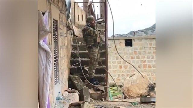 Ezan dinmez, bayrak inmez... Mehmetçik teröristlerden arındırılan köyde ezan okudu