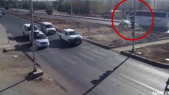 Otobüsün aracı biçtiği feci kaza kamerada