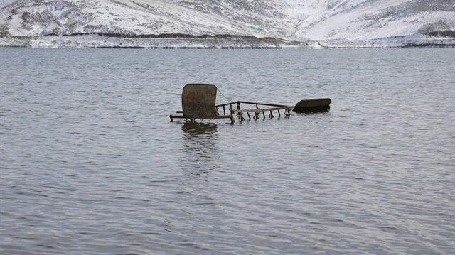 Barajın su seviyesi düştü, mezarlar ortaya çıktı.