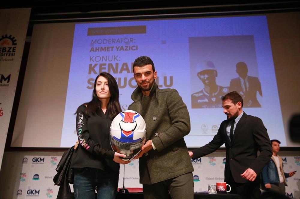Kenan Sofuoğlu, soruyu doğru bilen Seda Yaman'a imzalı kaskını hediye etti.