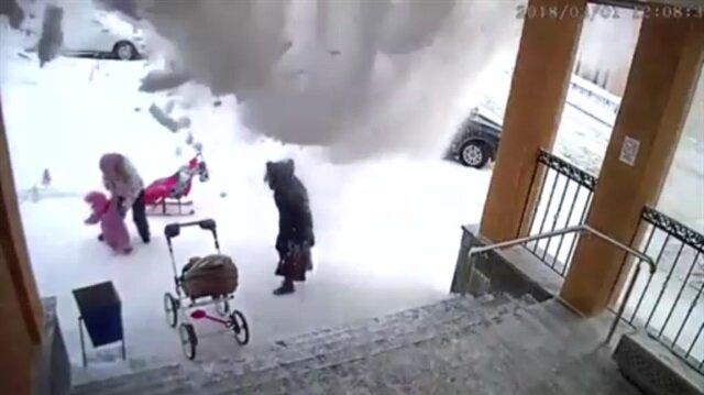 Çatıdan düşen çığ kamerada