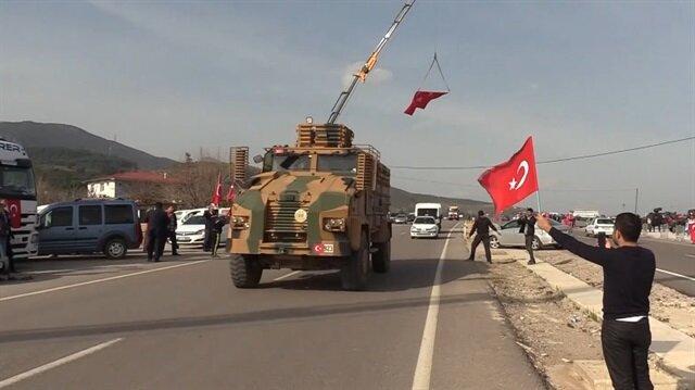 Halk Mehmetçiği yalnız bırakmadı: Bayrağını alan sokağa koştu