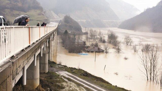 Bartın'da evleri sular altında kalan vatandaşlar, çatıdan çıkarak canlarını zor kurtardı.