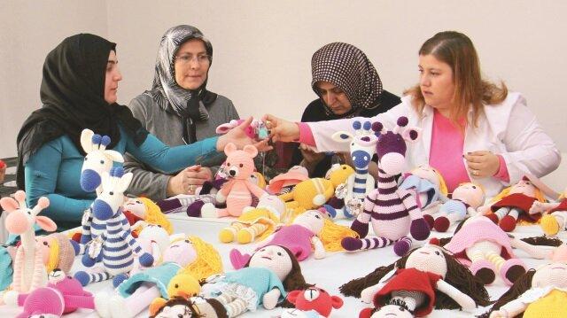 Çankırı'da 'Bir Bebek Bir Yürek' kampanyası kapsamında kadınlar, ördükleri organik oyuncakları hediye edecek.