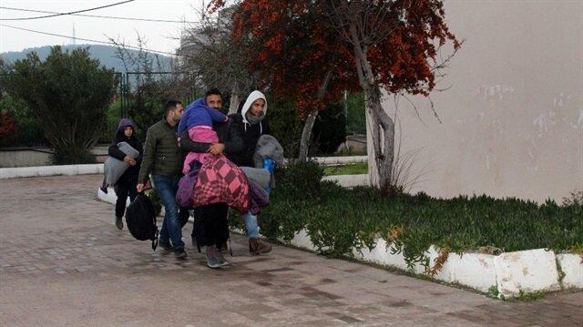 Göçmenler Balıkesir İl Göç İdaresi'ne gönderildi.