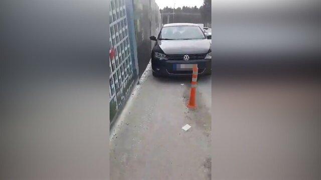 Yaya yoluna park eden arabaları ezip geçen adam