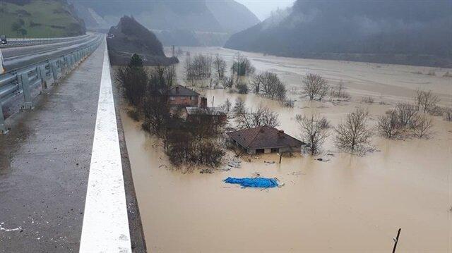 Bartın'da baraj seviyesi yükseldi 300 kişiye ulaşılamıyor.