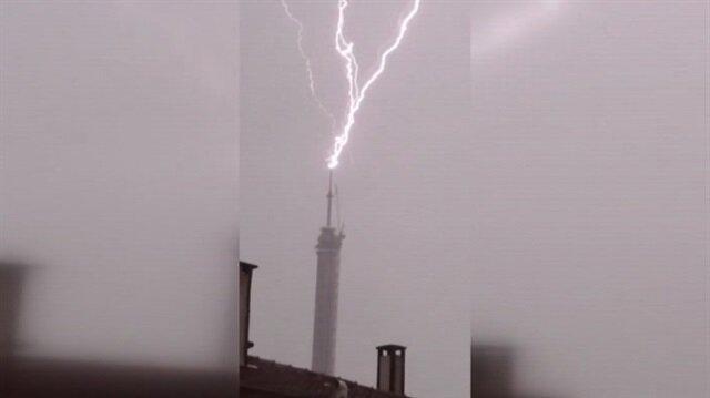 Çamlıca'daki yeni TV kulesine yıldırım düşme anı kamerada