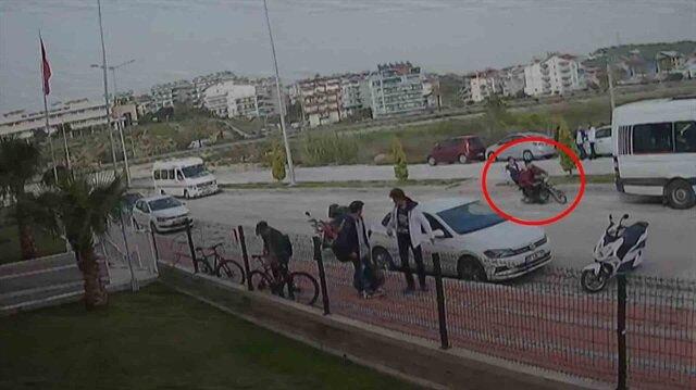 Ön kaldıran motosikletli, okul servisine böyle çarptı