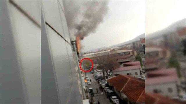 Otelde çıkan yangında 3 kişinin camdan atladığı anlar kamerada