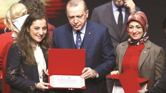 Aile ve Sosyal Politikalar Bakanlığı'nın Dünya Kadınlar Günü Programı'na katılan Erdoğan, farklı alanlarda rol model olan başarılı kadınlara ödüllerini verdi.