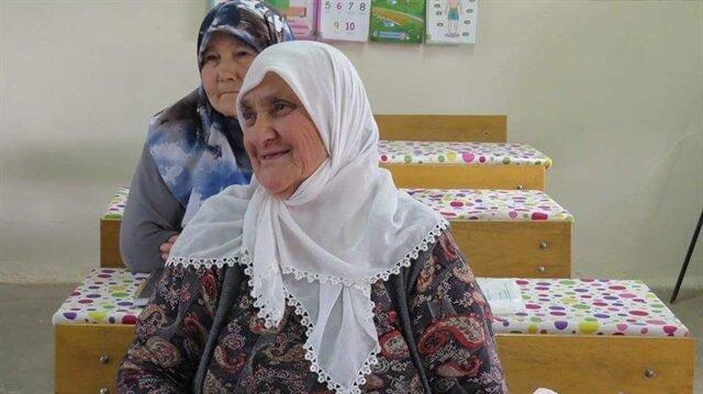 Şehit annesi, oğluna şiir yazabilmek için okuma yazma öğreniyor.