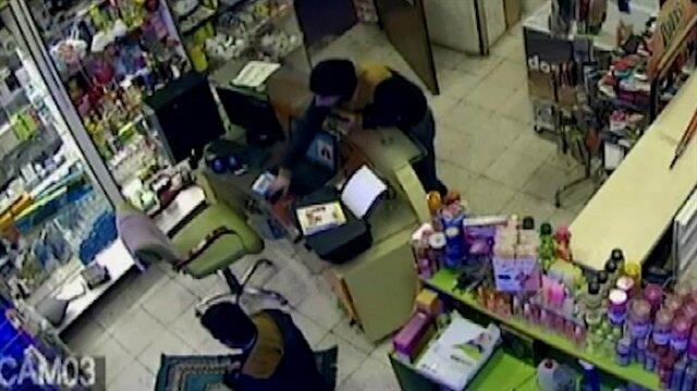 Namaz kılan dükkan sahibinin cüzdanını çaldı