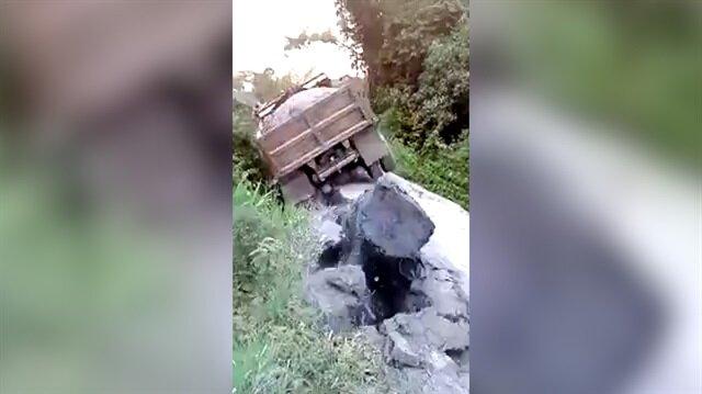 Kamyonun ağırlığına dayanamayan köprü çöktü