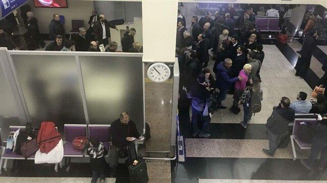 Uçaktaki tüm yolcular indirildi ve bagajları arandı.