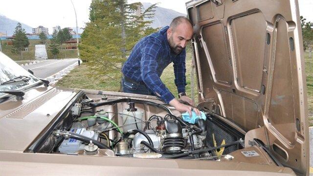 Elbistan'da yaşayan Alparslan Tükel'e ait 1988 model otomobil, orijinalliği ve temizliğiyle görenleri şaşırtıyor.